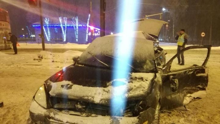 Пострадали дети: в Ярославской области легковушка влетела под автобус