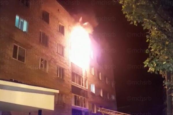 Пожар тушил 21 спасатель