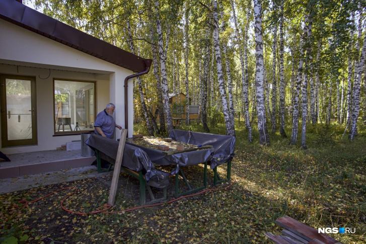 Возле кухни и столовой у семьи Верещагиных уже стоят стол и лавочки. Именно здесь они с удовольствием проводят время летом, наслаждаясь видами и запахом леса