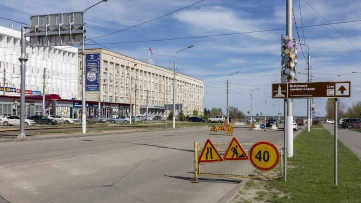Сузят до двух полос: в Волгограде дорожники демонтируют рельсы и асфальт на переезде 7-й Гвардейской