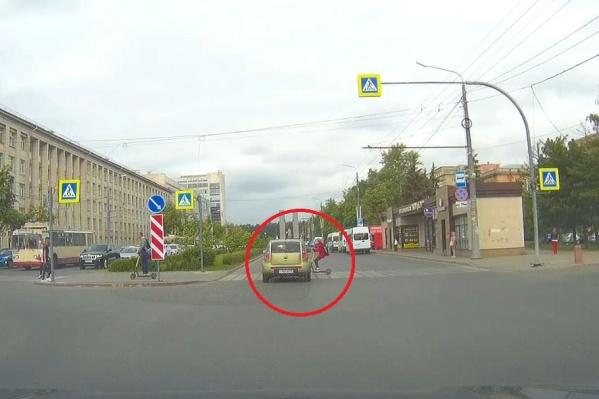 Машина долго стояла, но поехала в аккурат на самокатчицу в красной куртке