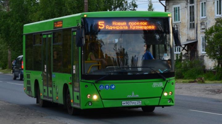 Автобусы на Обводном канале в Архангельске изменили маршрут из-за аварии на теплотрассе