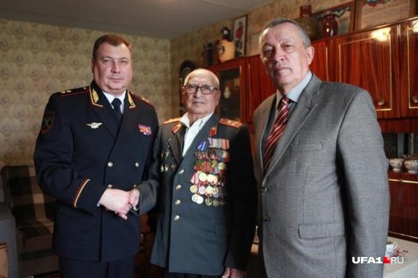 Халяф Батталов (в центре) с сотрудниками МВД, где и сам служил