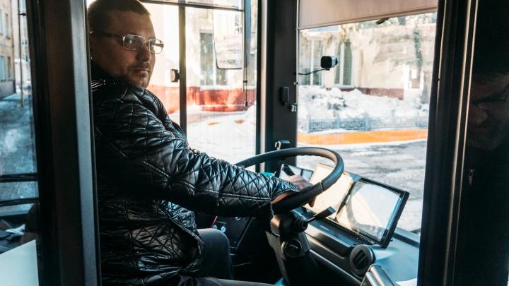 «Она уже оттолкнулась от перил»: водитель троллейбуса спас омичку, которая пыталась прыгнуть с моста