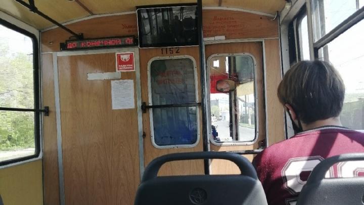 Житель Магнитогорска бросил камень в трамвай из-за своего опоздания