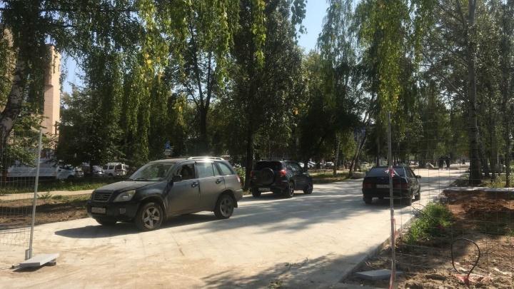 Ездят прямо по новой плитке: ремонтируемый сквер на бульваре Советской Армии превратился в несанкционированную парковку