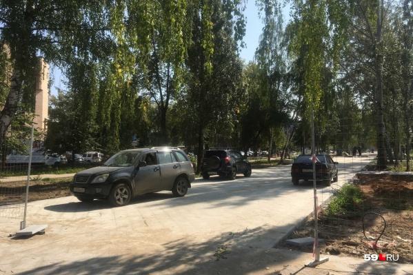 Машины заезжают прямо на недавно отремонтированный тротуар