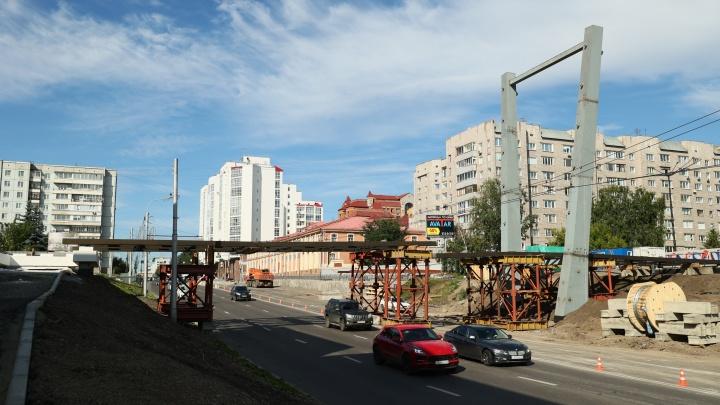 Подрядчик установил перекрытия на пешеходном мосту у БКЗ