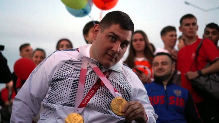 Чемпион Паралимпиады в Токио Александр Кузюков вернулся в Омск