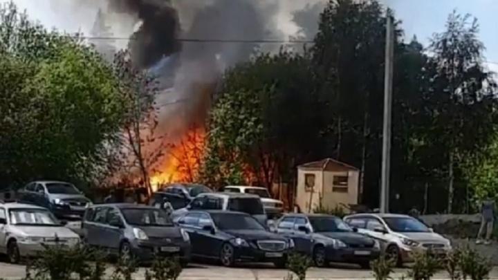 На Широкой Речке начался пожар. Дым видно из Академического