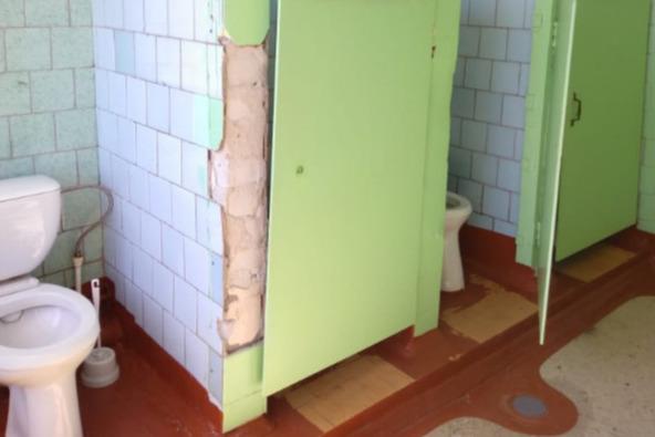 Школьный туалет для девочек из Волгограда попал в топ-5 худших школьных туалетов России