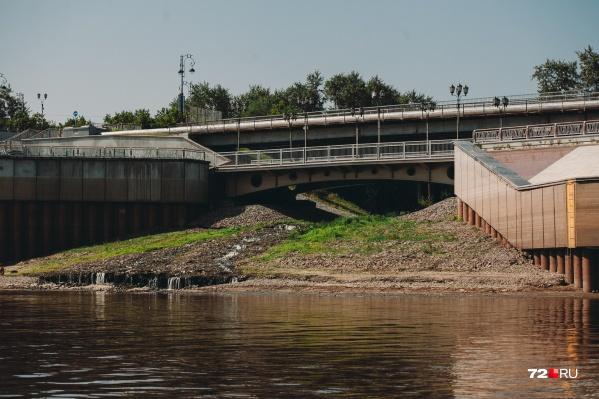 Сейчас Тюменка просто сливается в Туру недалеко от пешеходного моста