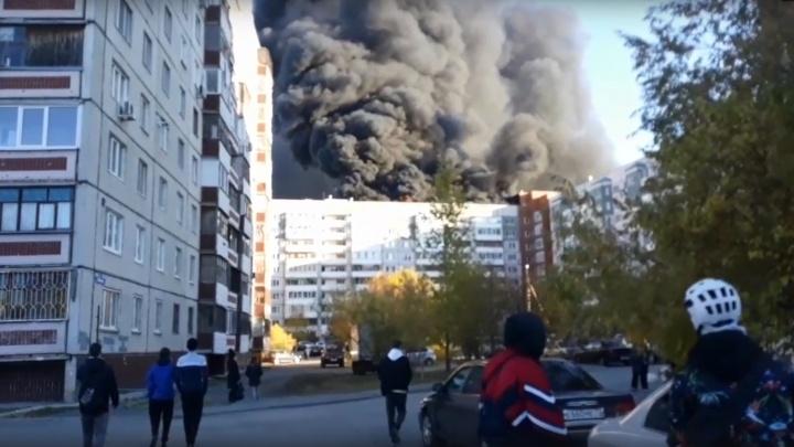 В Тюмени — крупный пожар. Черный столб дыма видно со всего города