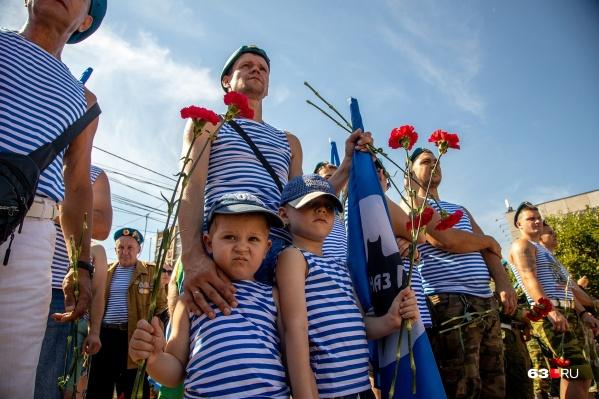 Многие десантники приходят почтить память своих товарищей вместе с детьми