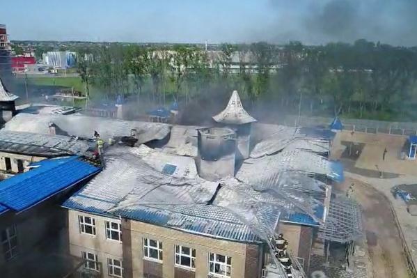 """По данным МЧС, площадь пожара составила <nobr class=""""_"""">800 кв. м</nobr>"""