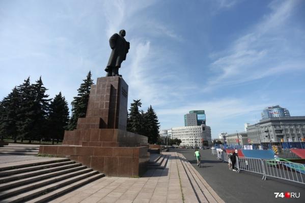 Старые ели в самом сердце Челябинска обещают заменить на новые