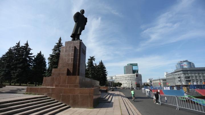 В сквере на площади Революции в Челябинске спилят три голубые ели