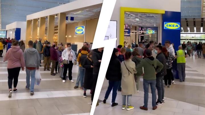 В Екатеринбурге перед входом в IKEA растянулась гигантская очередь