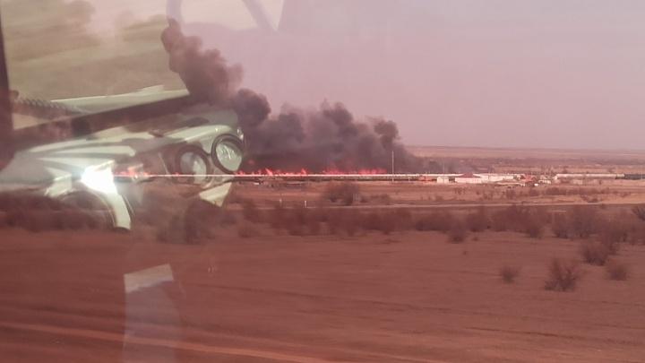 Под Волгоградом горит степь у железной дороги