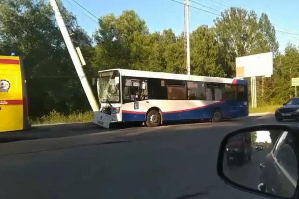 Автобус врезался в электрический столб