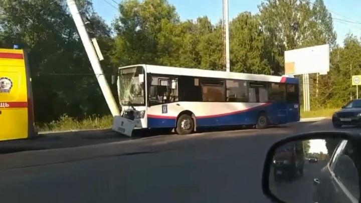 «Думал, что на тот свет попаду»: 10 человек пострадали при столкновении автобуса со столбом в Ярославле