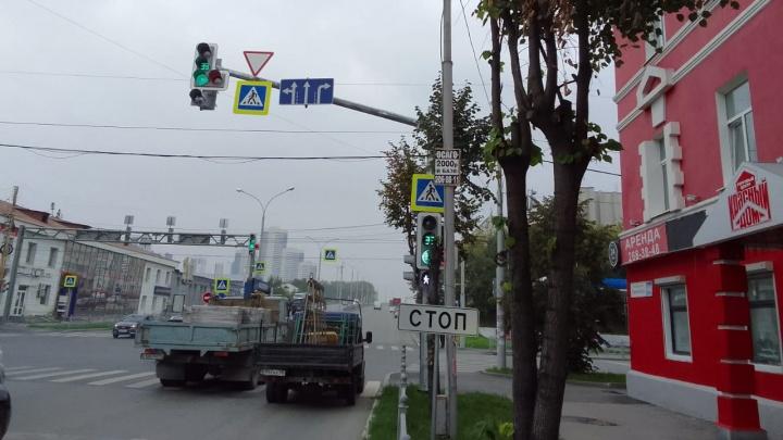 На Гурзуфской возле «Красного дома» повесили новые знаки для водителей