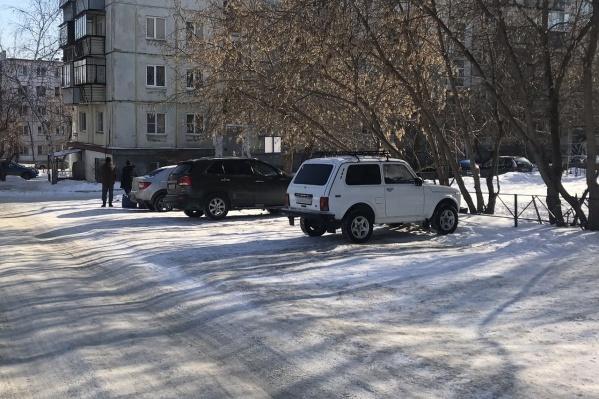 Зимой место выглядит как парковка в местном уширении дороги