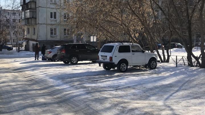 Газон и резон. Челябинец получил штраф 60тысяч рублей за спорную парковку во дворе