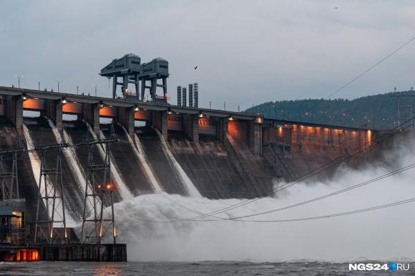 По-прежнему открыто 4 затвора Красноярской ГЭС