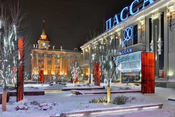 """У мэрии ни души и даже «Пассаж» еще закрыт. Кстати, вот <a href=""""https://www.e1.ru/news/spool/news_id-69669046.html"""" target=""""_blank"""" class=""""_"""">расписание работы торговых центров</a> Екатеринбурга в зимние каникулы"""