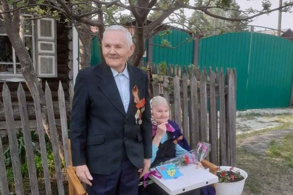 Николай Шмаков ушел на фронт в ноябре 1944 года, он родился в деревне Верхний Манай Упоровского района