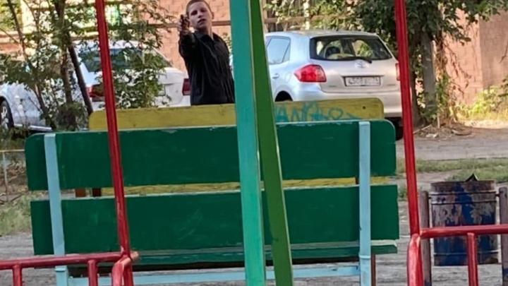 «Мы тебя сейчас завалим»: 1 сентября в центре Челябинска пьяные подростки с пистолетом устроили разборки