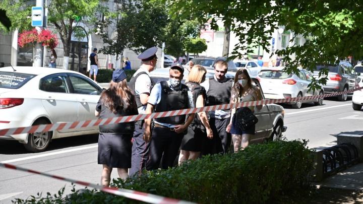 Полиция оцепила банк в центре Ростова-на-Дону
