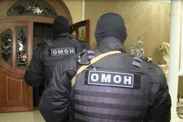 Бойцы ОМОНа задержали мошенниц в их «золотом» коттедже