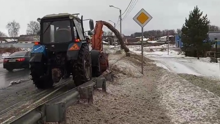 В Ярославле коммунальщики сбросили в реку собранный с дороги грязный снег. Видео