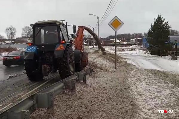 Тротуар после такой уборки дороги никто почистить не удосужился
