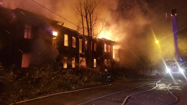 Ночью в Архангельске загорелся дом в переулке Водников. Это четвертый случай с начала осени