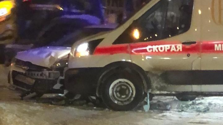 В Екатеринбурге машина скорой помощи врезалась в иномарку