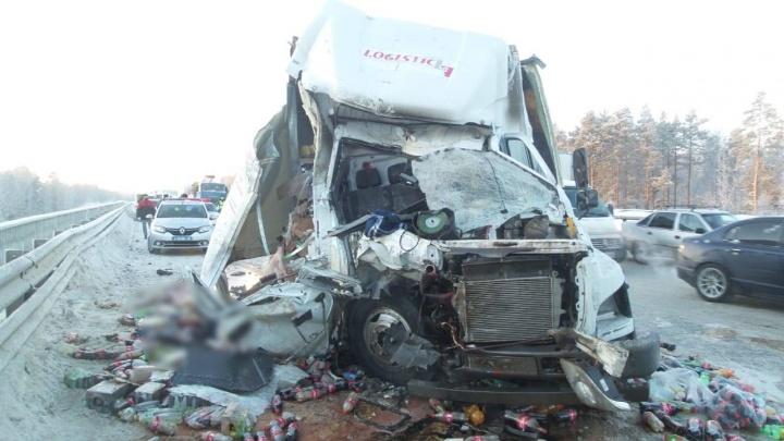 На Серовском тракте грузовичок с кока-колой протаранил снегоуборочную машину