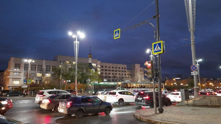 На оживленный перекресток в центре Екатеринбурга вернули пешеходный переход