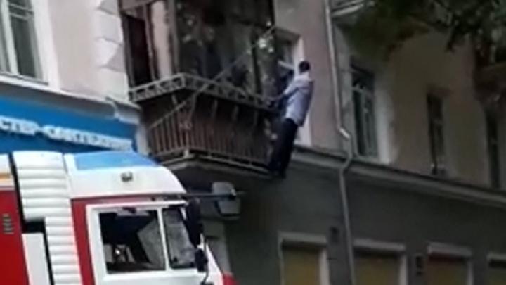 На Уралмаше сотрудники МЧС сняли мужчину с его собственного балкона и передали полиции