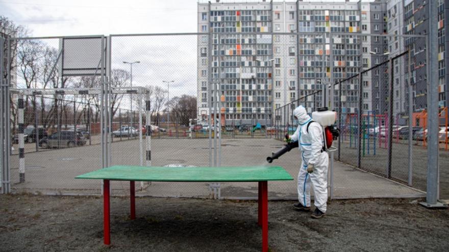 Из-за ухудшения ситуации с ковидом Котова потребовала возобновить дезинфекцию подъездов и скверов