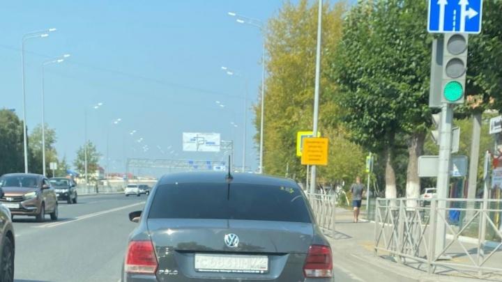 Тюменские водители пытаются обмануть уличные камеры ГИБДД — они стирают краску с номеров