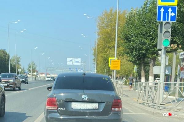 Наверняка каждый хотя бы раз замечал на дорогах Тюмени автомобили с нечитаемыми номерами. Выглядит это вот так