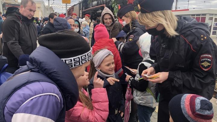 Сотрудники ГИБДД рассказали людям, встречавшим поезд Победы в Екатеринбурге, о правилах безопасности