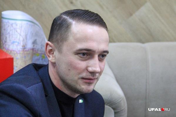 Глеб Глебов раньше лечил больных в COVID-госпитале под Уфой, сейчас он возглавляет сеть частных клиник