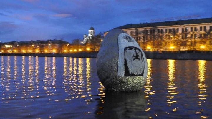 На Городском пруду появилось яйцо с портретом патриарха Кирилла. В РПЦ ответили художнику