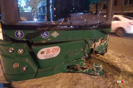 Легковушка врезалась в автобус на ЧТЗ
