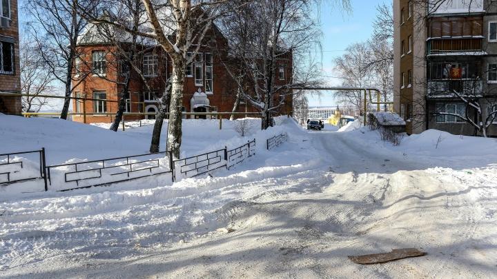 «Транспорта нет, до магазина не добраться»: как жители набережной Федоровского живут после прорыва трубы с водой