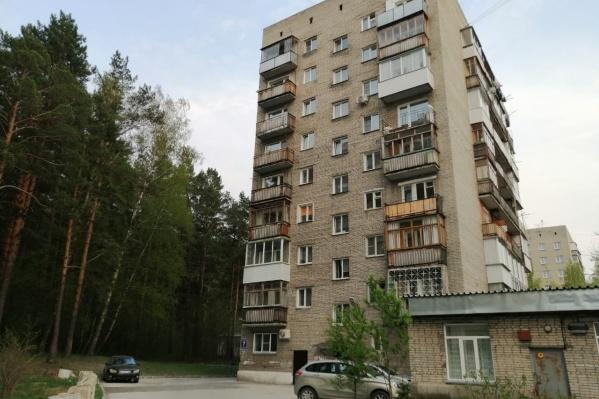 Та самая девятиэтажка на улице Узорной, возле которой произошла трагедия